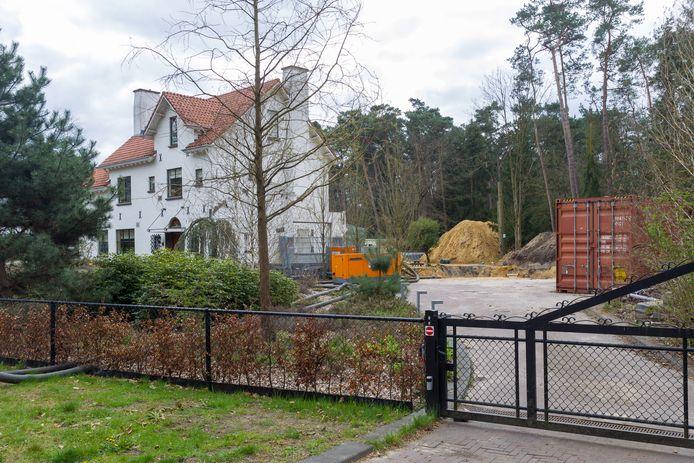 Het werk aan uitbreiding van het huis met een overdekt zwembad in Waalre is door de gemeente stilgelegd