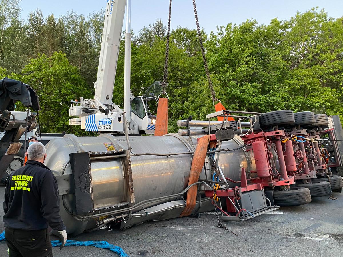 Een gekantelde vrachtwagen zorgde voor heel wat verkeershinder op de E34 in Zoersel.