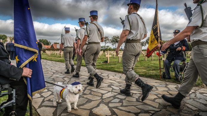 Heel wat uniformen op de plechtigheid. Hondje Kim, de mascotte van een  verenging van vaandeldragers, zag dat het goed was.