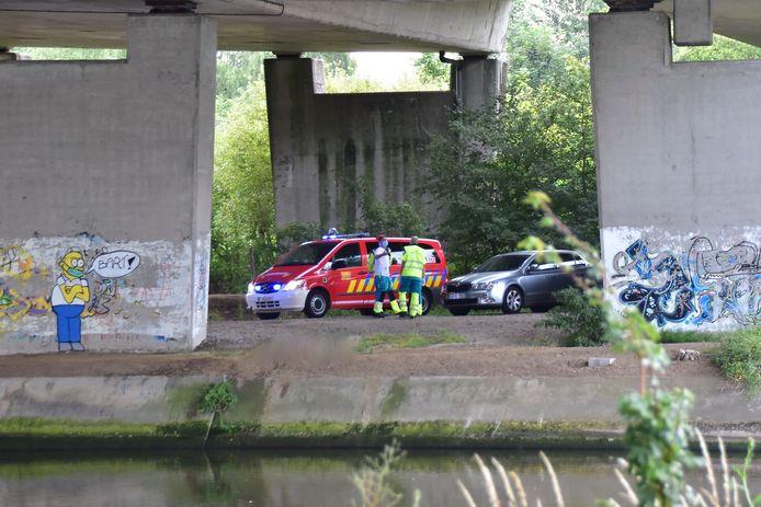 Het slachtoffer werd gevonden in het water onder de Brug in de R8, op de grens van Kortrijk, Harelbeke en Kuurne.