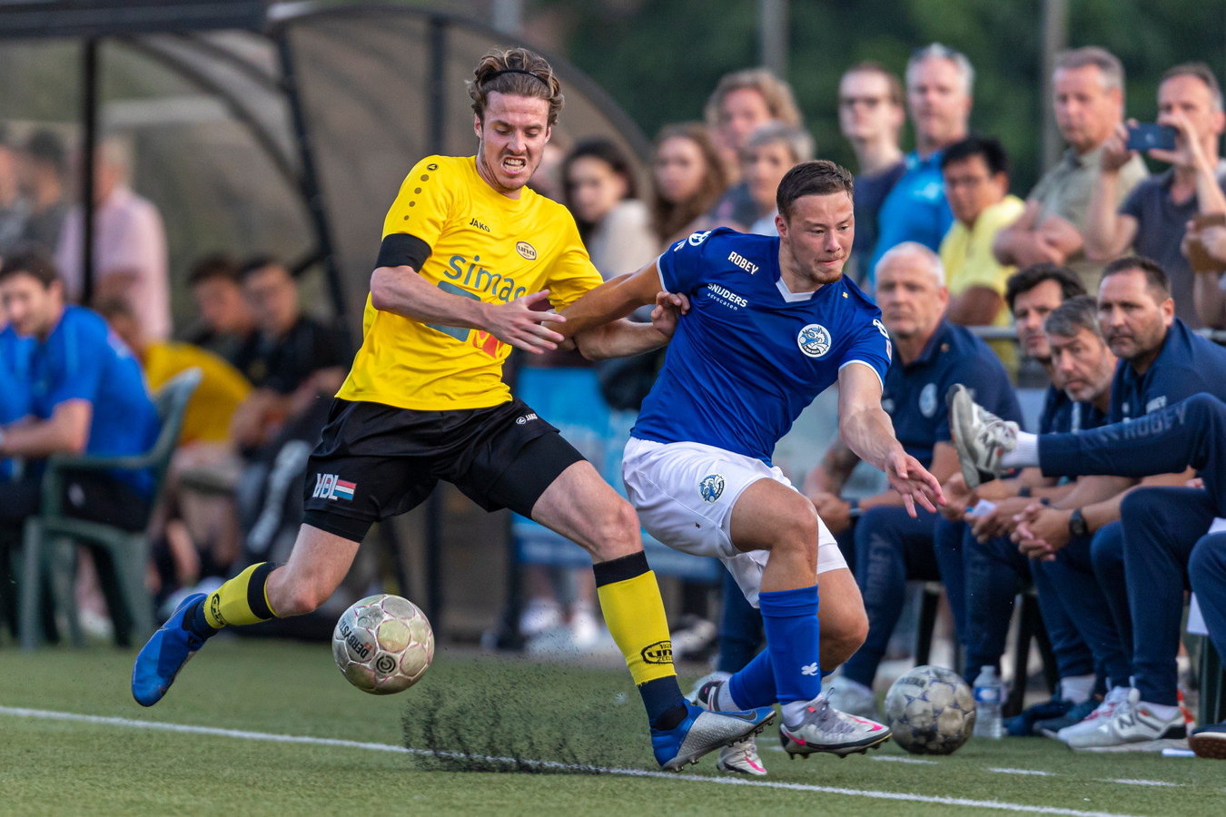 Steven van de Heijden van FC Den Bosch in duel met Jelle Born van UNA.