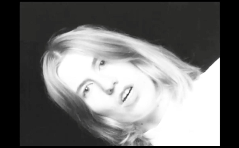 Fenne Kuppens in de clip van 'Surface' Beeld PIAS