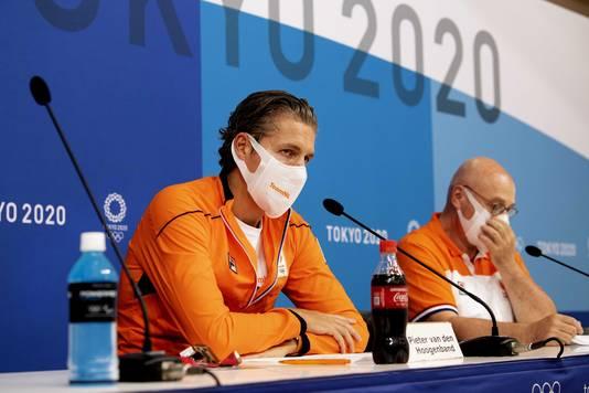 Chef de mission Pieter van den Hoogenband  en technisch directeur Maurits Hendriks bij hun persconferentie op de vierde dag van de Olympische Spelen.