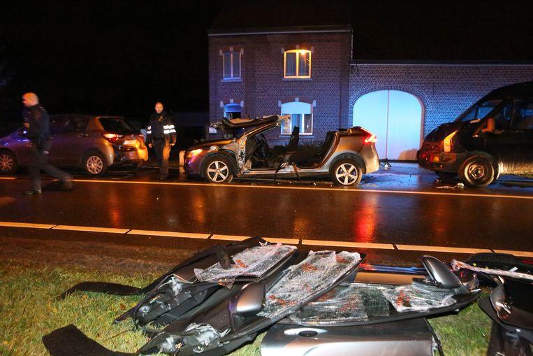 De brandweer moest de wagen open knippen om de bestuurder uit zijn auto te kunnen halen