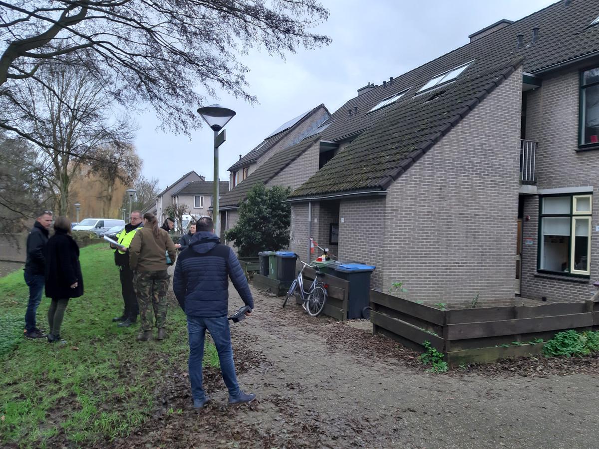 Bewoners en hulpdiensten bij de woning in Arnhem.