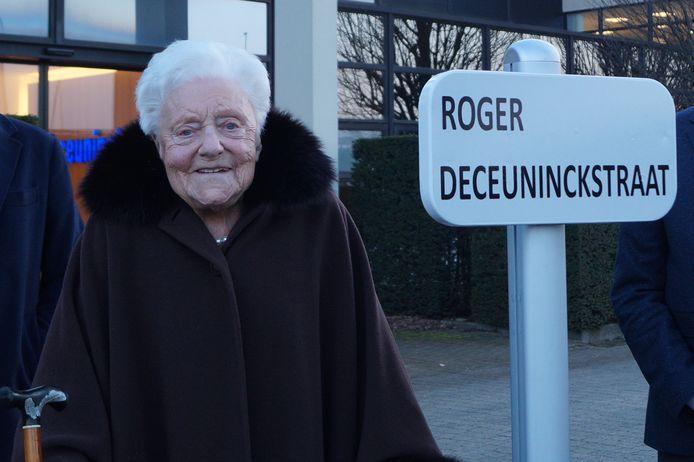 Gislaine Van Middelem (99), de echtgenote van wijlen Roger Deceuninck, is trots dat de naam van haar man vereeuwigd wordt in een straat.