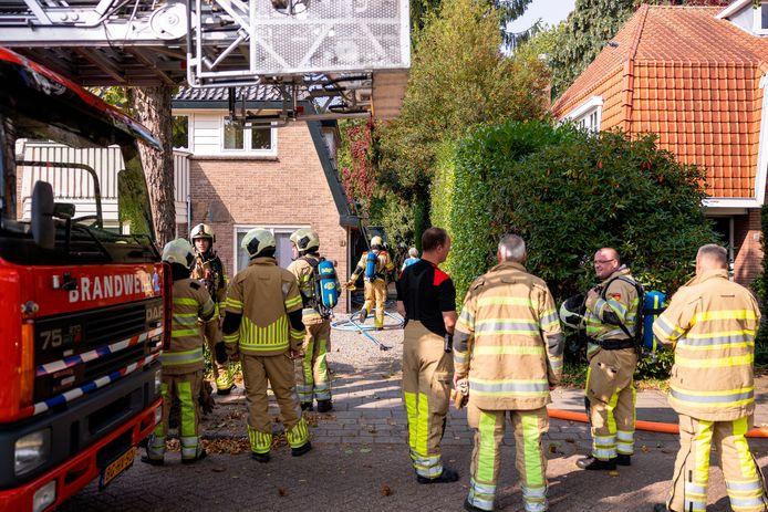 Bij aankomst van de brandweer was de brand in de bijkeuken overgeslagen naar het dak.