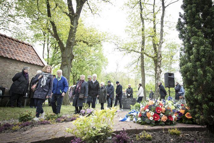 De herdenking op de Joodse begraafplaats in Rijssen zal dit jaar - in tegenstelling tot de plechtigheden van voor de pandemie - zonder publiek plaatshebben. Wethouder Jan Aanstoot verzorgt de kranslegging.