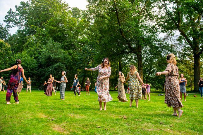 Verslaggever Mirjam Liefboer doet mee aan Ecstatic Dance in Park Randenbroek.