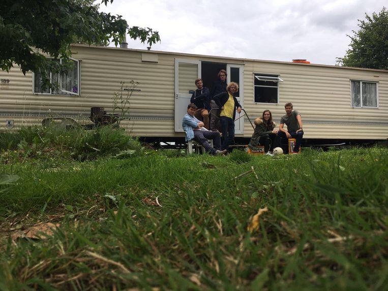 De nieuwe ploeg van 'Sorry voor alles' zou op teambuilding gaan naar de Ardennen. Maar ze boekten te laat, alles was volzet, en zo raakten ze verzeild in - jawel - een schrale camper op een camping in Aalst. Beeld Kamiel De Bruyne