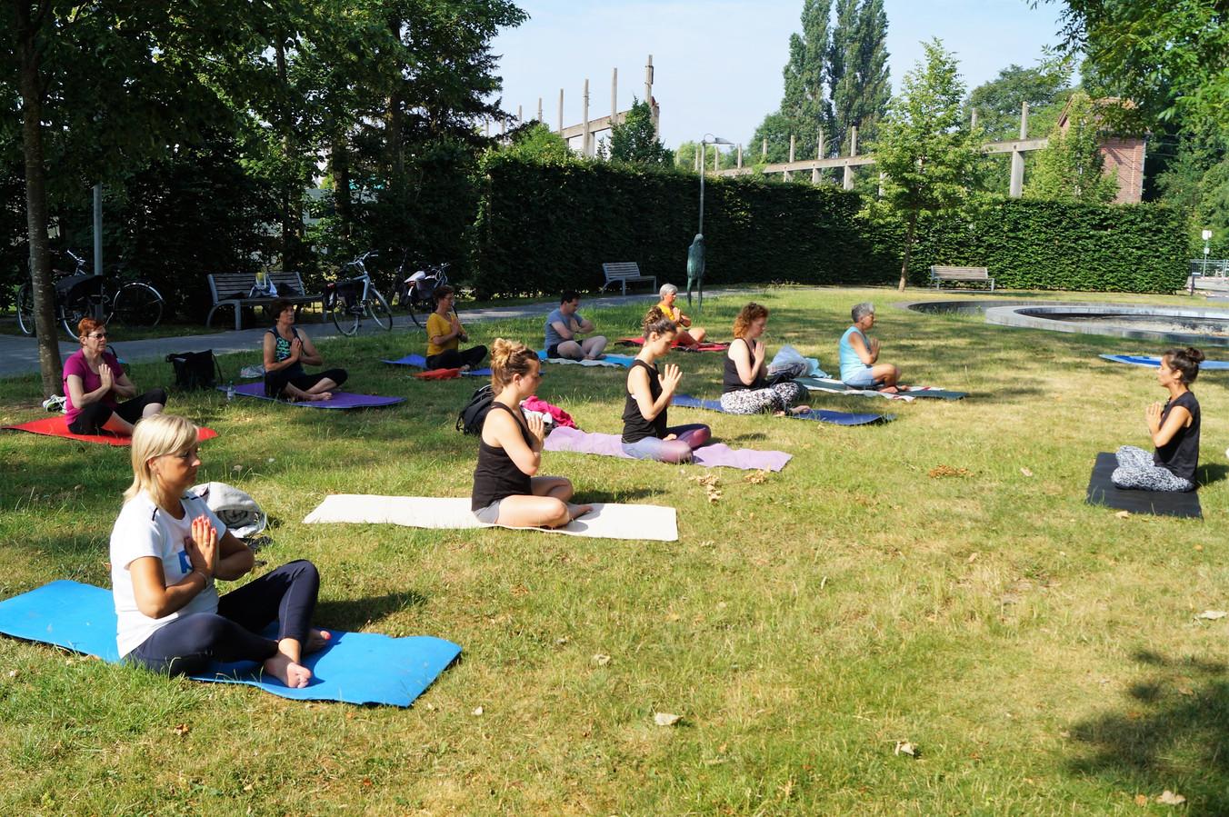 Een van de yogasessies vorig jaar in het Brigidapark in Oostnieuwkerke.