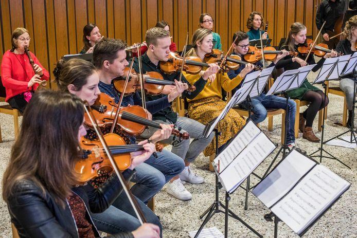 De leden van Filomusica oefenen voor de laatste keer voor het jubileumconcert van 8 februari.