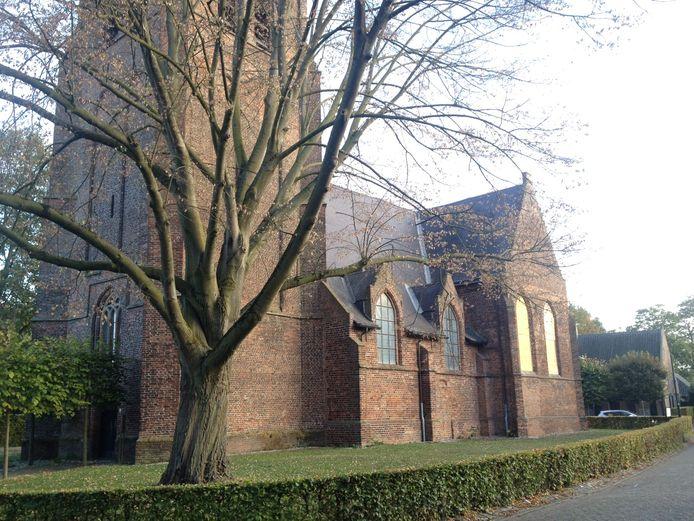 Nog niet alle ramen van de Oude Kerk in Helvoirt waren vrijdagmorgen uit de gevels gehaald.