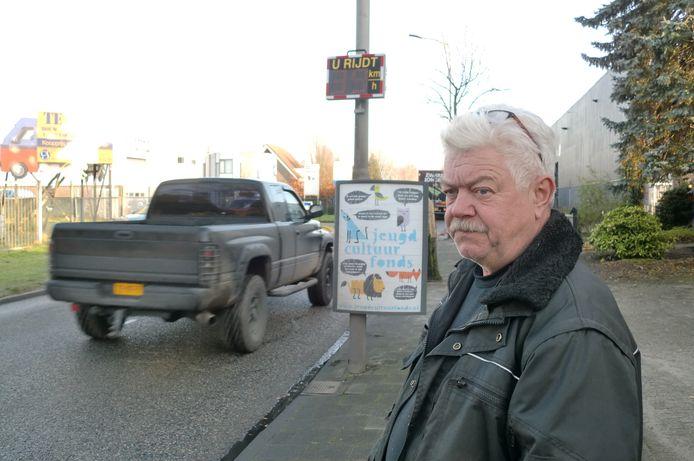 Bewoner Marcel Oostvogels stoort zich aan het hardrijdende verkeer in de Leemstraat in Roosendaal