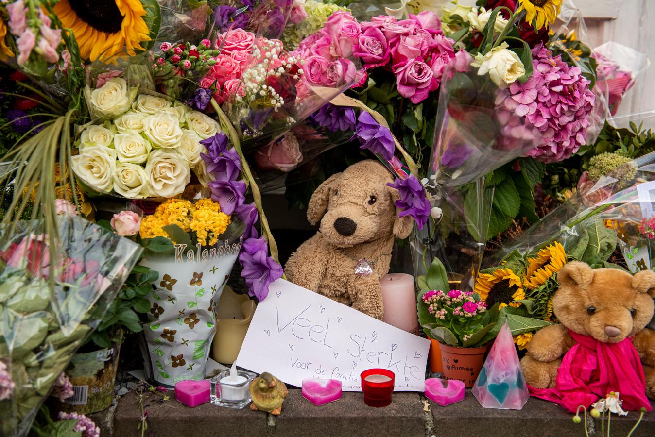Foto van de bloemenhulde voor de woning van de 15-jarige Megan die afgelopen maandag om het leven is gekomen.