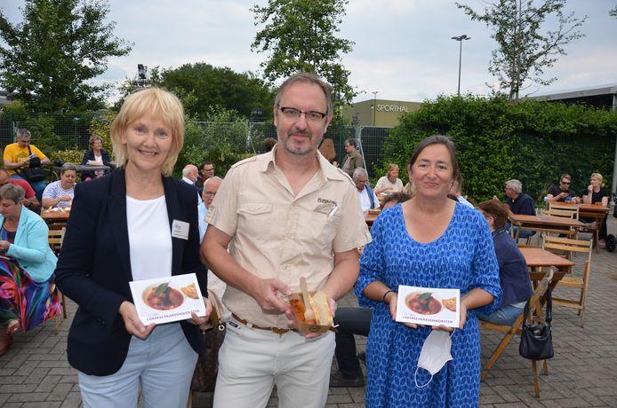 Stany Pensaert, auteur van het boek, samen met Ann Vervaet en zijn docente Vera De Pauw.