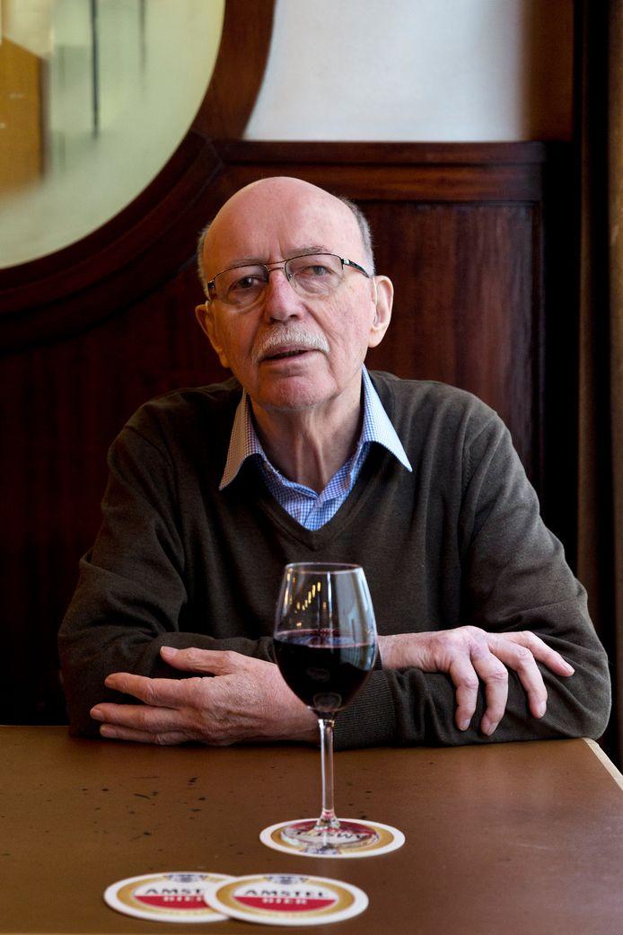 Gerrit Jansen in 2014, aan een wijntje in café Van Weegen aan de Lange Koestraat.