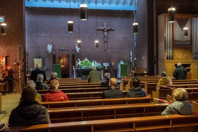 Bij de kerkdienst in de Rooms-Katholieke kerk van de Norbertusparochie in Gennep-Zuid zijn deze zaterdag amper 20 mensen aanwezig.