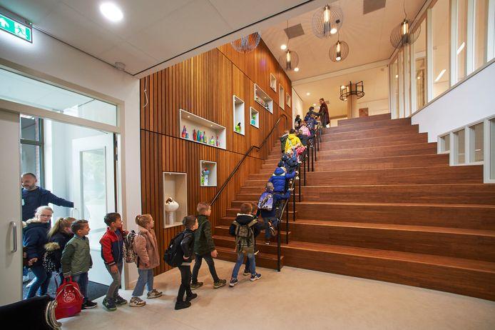 Ingebruikname van het nieuwe gebouw van basisschool De Uilenbrink in Veghel. De grote trap in het gebouw fungeert ook als tribune.