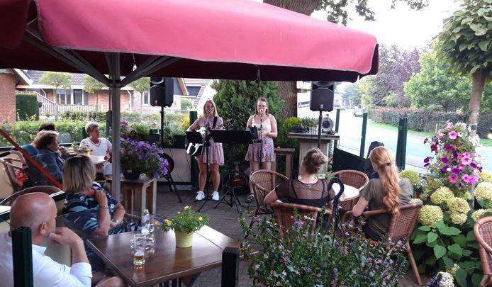 De zussen Fenne en Imke Toenink kunnen hun songs weer spelen, zoals hier in Vasse.