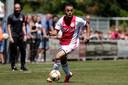 Sergino Dest (18 jaar) van Ajax timmert aan de weg. Hier krijgt hij speeltijd tegen Aalborg.
