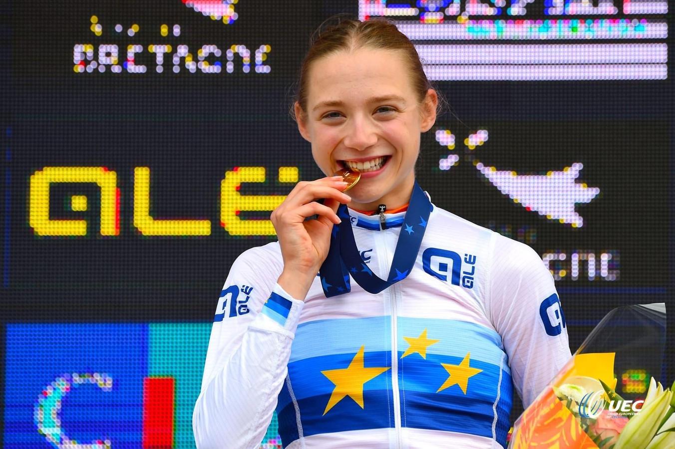Elise Uijen staat in Plouay te genieten op het podium in haar trui van Europees kampioene.