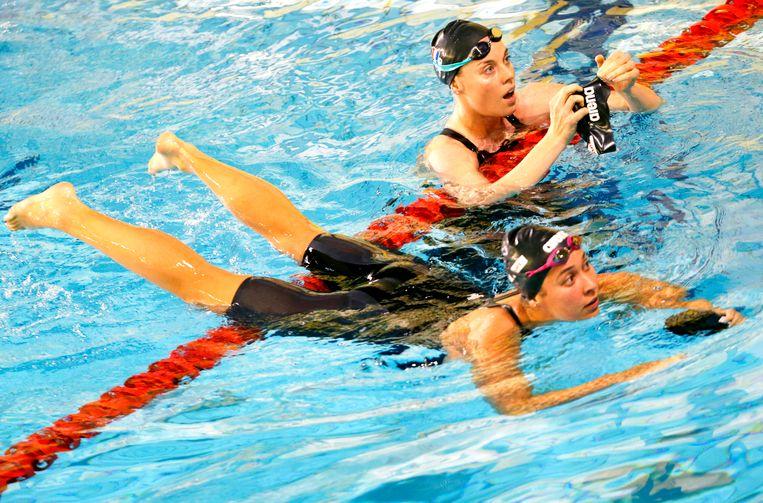 Femke Heemskerk  (achter) en Ranomi Kromowidjojo na afloop van de 100 meter vrije slag tijdens de Swim Cup in Amsterdam van 2017 Beeld ANP
