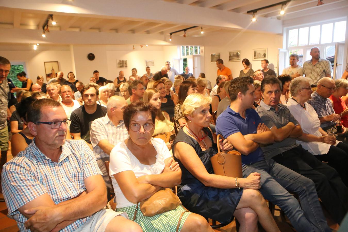 Er kwam veel volk naar de infovergadering over het asielcentrum.