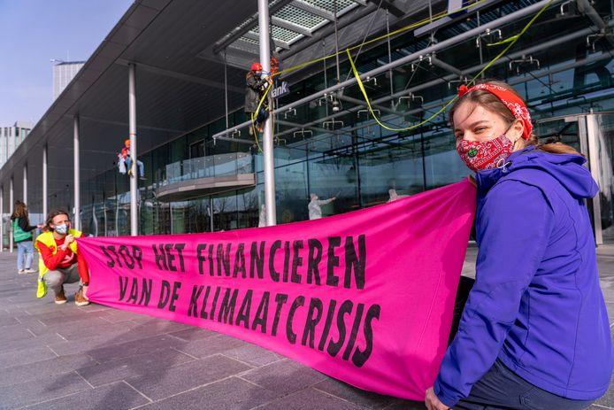 Leden van Extinction Rebellion Landbouw voerden maandag actie bij het hoofdkantoor van de Rabobank in Utrecht.