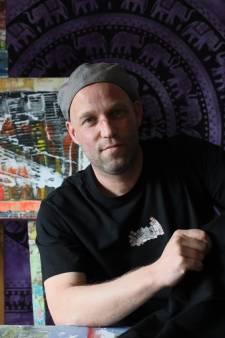 Ooit was hij dakloos, nu schildert Eindhovense Ron (43) zijn depressies weg: 'Het was altijd een puinhoop'