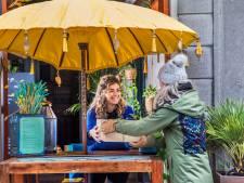 Zelfs in de stromende regen gaan we voor het flipperkastmenu van het leukste Postkantoor van Nederland