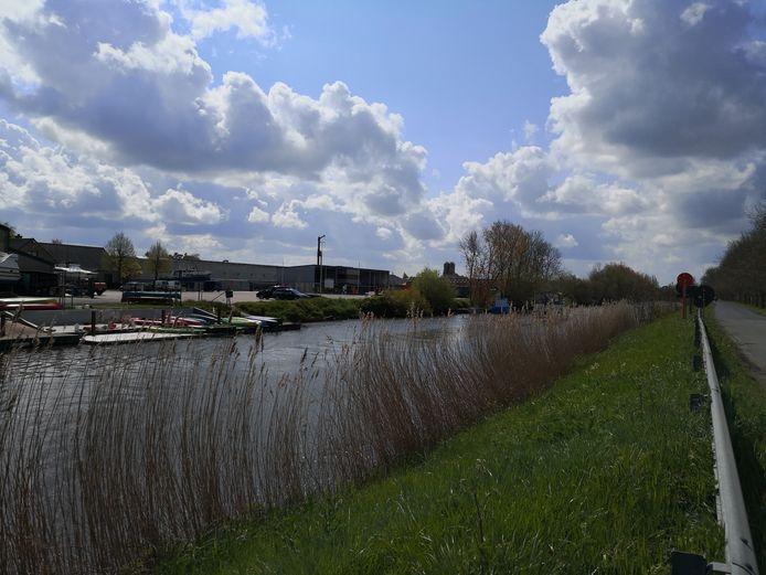 In deze zone plant Diksmuide een loskade voor industrieel transport over het water.