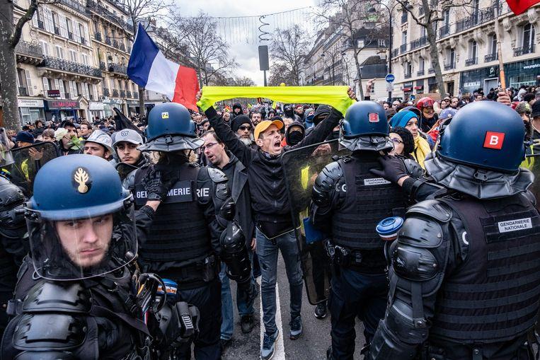 Transportvakbondsleden en -arbeiders demonstreren samen met gele hesjes tegen de pensioenhervorming. Beeld Joris Van Gennip
