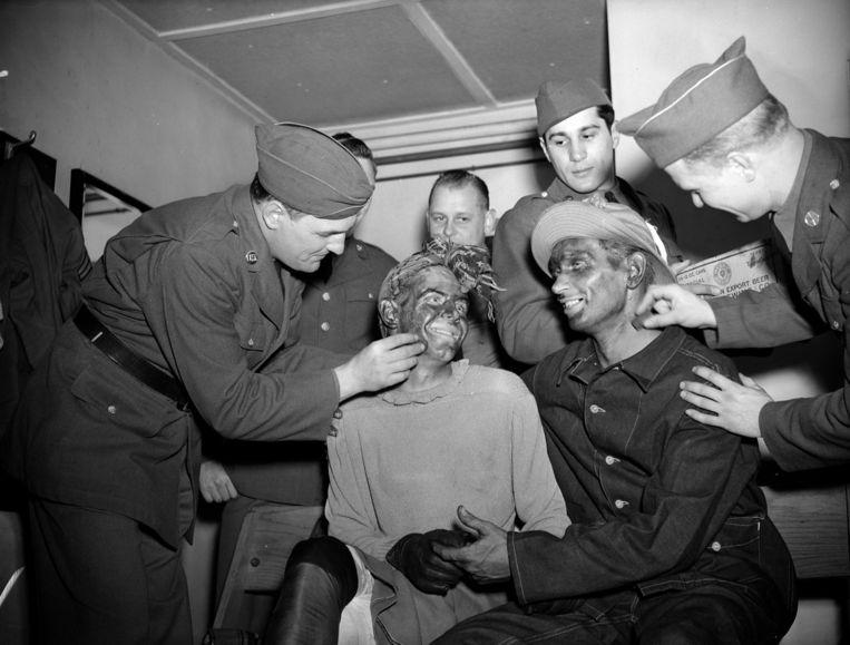 Tijdens WOII bereiden twee Amerikaanse soldaten in Noord-Ierland zich voor om in een minstrelshow te spelen, in blackface.   Beeld Getty Images