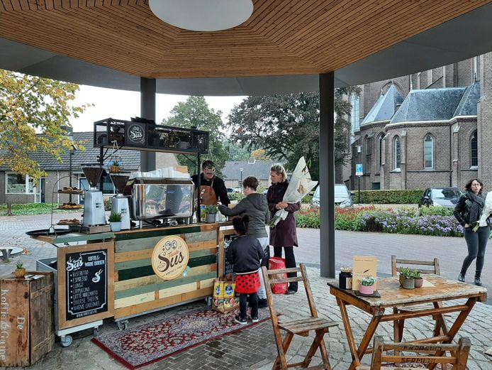 De nieuwe kiosk van Haaren werd woensdag geopend en donderdag al als koffiehuisje in gebruik genomen