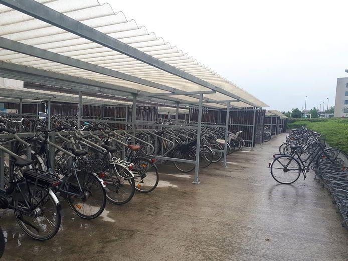 De tijdelijke fietsenstalling wordt volgend jaar vervangen door een definitieve fietsenhaven.