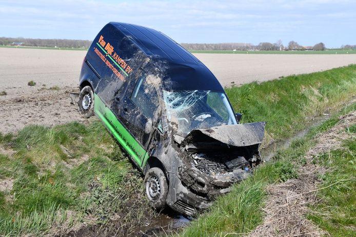 Een bestelbus raakte van de weg op de N307