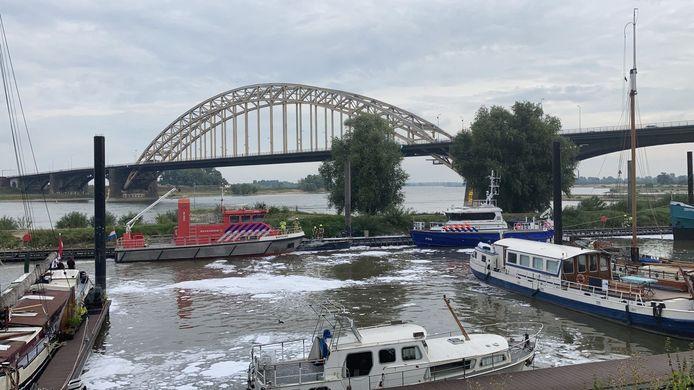 Een plezierboot is uitgebrand in de Lindenberghaven in Nijmegen.