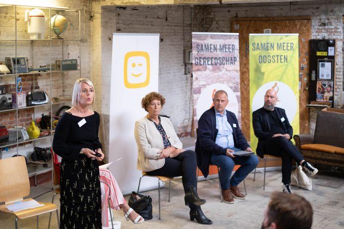 MECHELEN Voorstelling van het programma basisinternet van Telenet voor kwetsbare gezinnen en alleenstaanden. Dat doet het in samenwerking met Ondernemers voor een Warm België, in de Kabel en sociale organisaties en met de financiële steun van Petra De Sutter, federaal minister van Telecommunicatie.