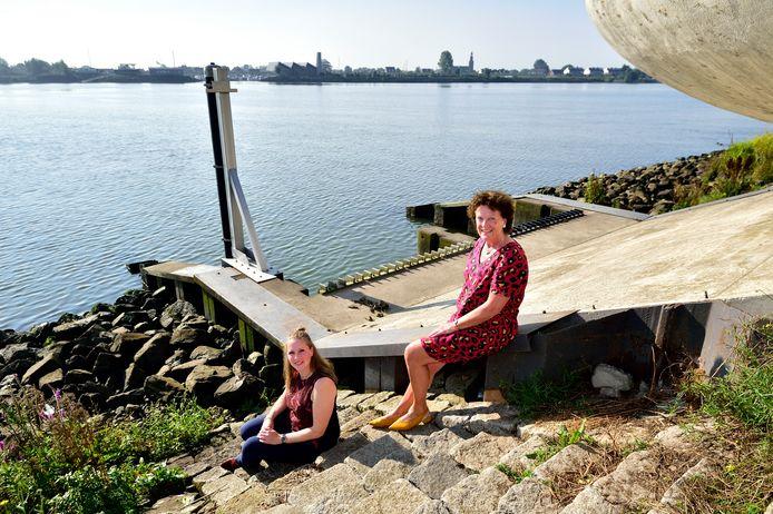 Hoogheemraad Agnes van Zoelen (rechts) en projectleider Janneke Fraterman voor het vernieuwde gemaal Krimpenerwaard langs de Lek.