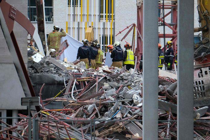 Belgische hulpdiensten zoeken naar slachtoffers op de plek van de ingestorte steiger in Antwerpen.