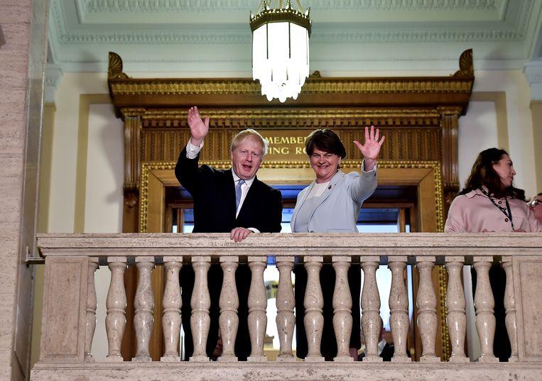 Boris Johnson en Arlene Foster in gelukkiger te tijden, te Stormont, afgelopen juni.  Beeld Charles McQuillan/Getty