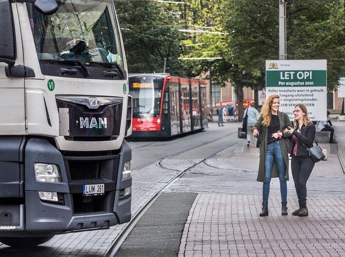 Christy en Martine proberen het drukke kruispunt Spui, Grote Marktstraat over te steken.
