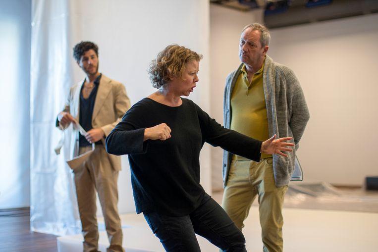 Anouk Leopold laat zien hoe ze het wil tijdens een repetitie voor De Thuiskomst. Beeld Jan Versweyveld