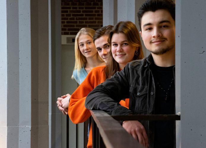 Vwo-eindexamenkandidaten van het Van Maerlantlyceum in Eindhoven. Vooraan Berk Polat en achter hem Evi Hoogland, Wout van der Velden en Hanna van Sambeek.
