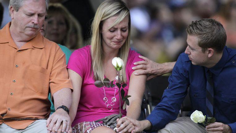 Nabestaanden treuren om het verlies van een dierbare bij het bloedbad in Aurora. Beeld AP