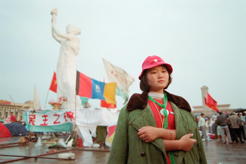 Een demonstrant op het Tiananmenplein in Beijing in 1989. Het bloedbad waarin de protesten eindigde wordt door Mahbubani in zijn hele boek niet genoemd. Beeld Getty