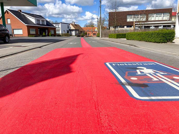 In de Zwevezelestraat, ter hoogte van de school, is niet op een litertje rode verf gekeken.