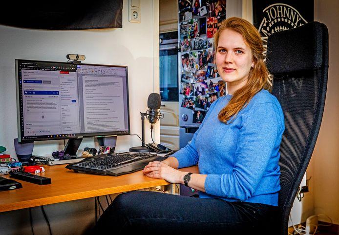 Amber achter haar computer waarop zij websites bouwt.