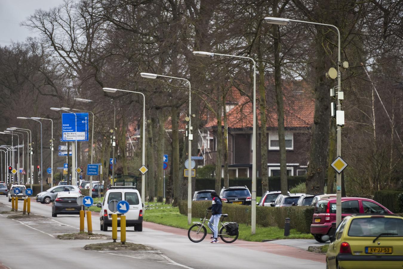 Een antenne op elke hoek van de straat, zoals hier op een bewerkt straatbeeld in Zutphen. Om het nieuwe 5G-netwerk voor sneller internet de komende jaren 'uit te rollen' zijn nieuwe zendmasten nodig maar ook kleinere antennes ('small-cells') op of in openbare gebouwen, lantaarnpalen, bushokjes en verkeerslichten.